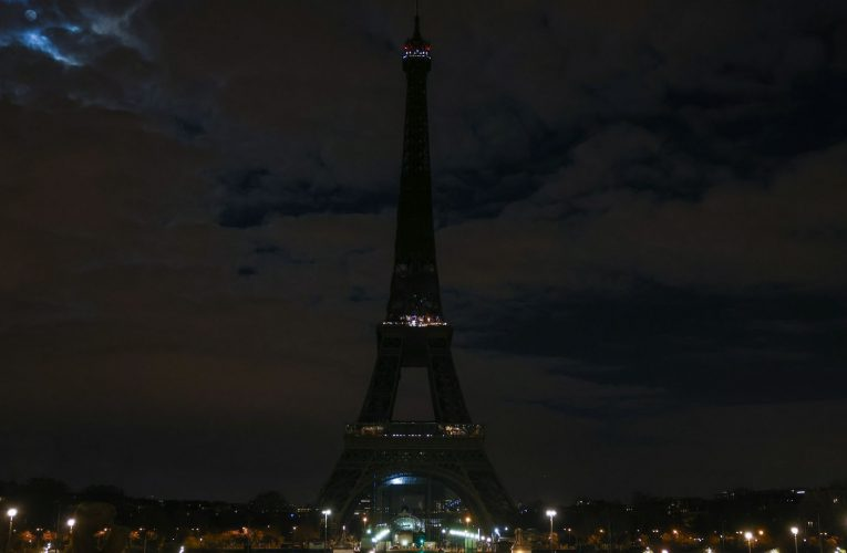 World's landmarks switch off their lights to mark Earth Hour